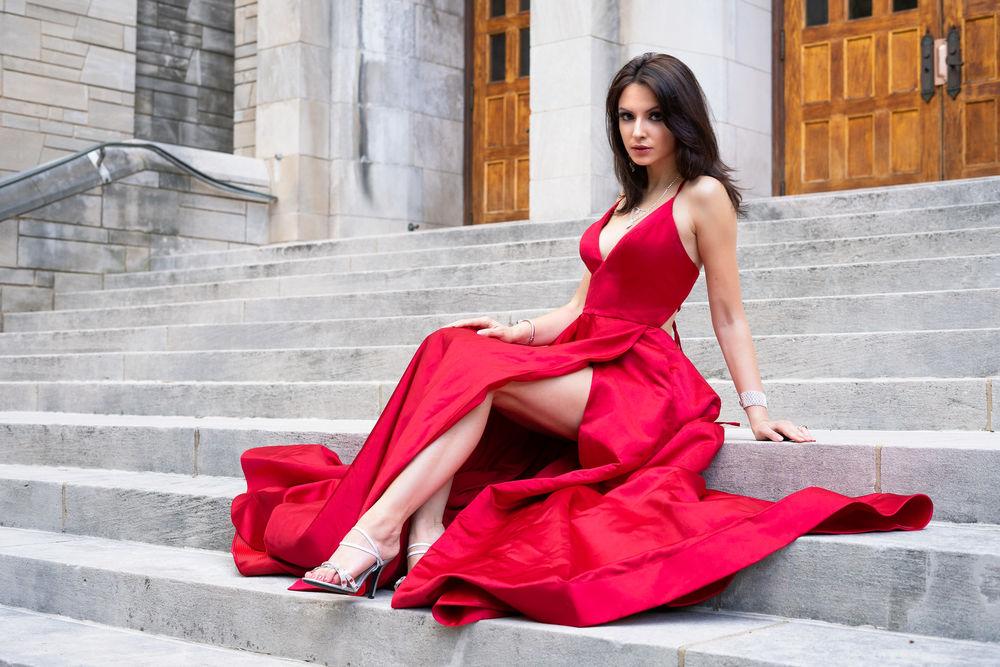 В Красном Платье Показывает