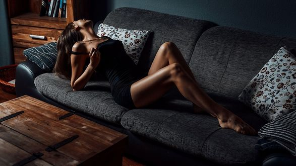 Пышнотелая деваха возле кровати