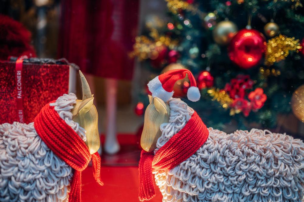 Обои для рабочего стола Две игрушки в красных шарфиках стоят перед елкой