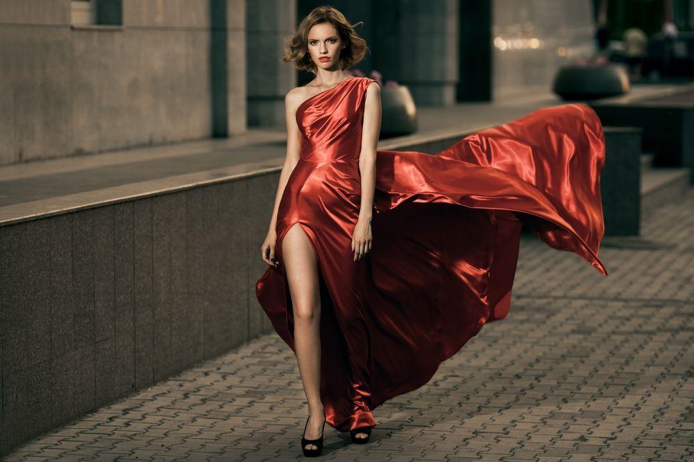 Шла В Красном Платье