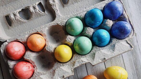 Конкурсная работа Разноцветные пасхальные яйца в подставке на столе