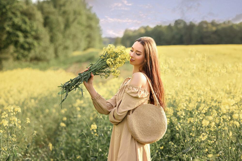 Обои для рабочего стола Девушка с букетом на цветочном поле, фотограф Дубровская Виктория