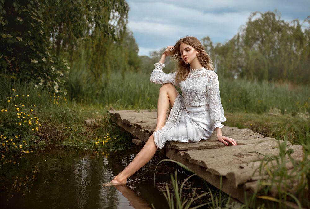 Обои для рабочего стола Девушка в платье сидит на мостике у водоема, фотограф Лесной Альберт