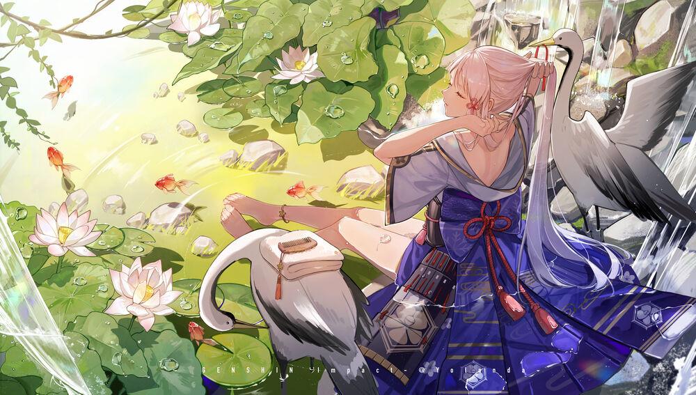 Обои для рабочего стола Ayaka сидя на камнях возле водопада заплетает волосы, рядом с ней стоят два аиста, персонаж из компьютерной игры Genshin Impact, art by Yolanda