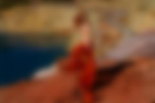 Обои для рабочего стола Девушка, прикрытая легкой тканью, стоит у водоема, фотограф Andrew Gnezdilov