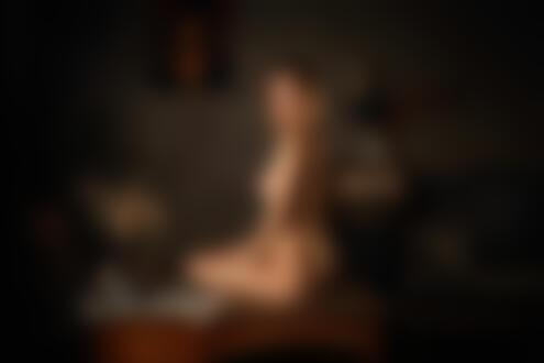 Обои для рабочего стола Обнаженная девушка Света сидит на столе. Фотограф Dmitry Arhar