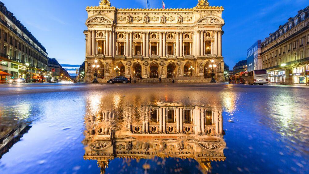 Обои для рабочего стола Отражение здания в воде, Опера Гарнье (Opéra Garnier), Париж, Франция вечером
