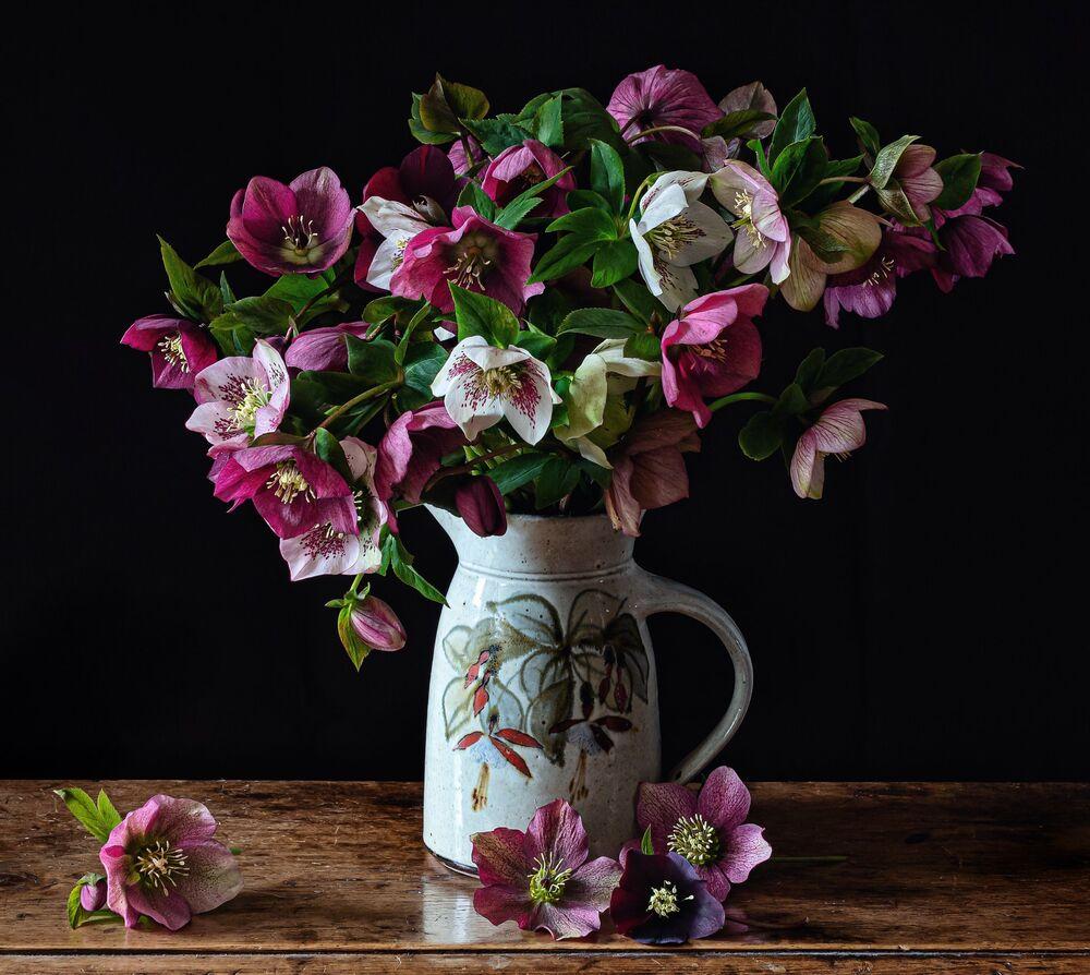 Обои для рабочего стола Ваза с цветами на столе, by Marcus Rodriguez