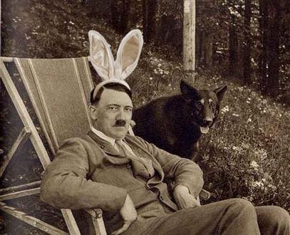 Фото Гитлер с заячьими ушками сидит в деревянном шезлонге в лесу и его любимая собака овчарка Блонди (© Magbet), добавлено: 14.04.2010 01:35