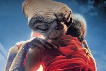 Фото Инопланетянин прощается с мальчиком из фильма Инопланетя́нин / E.T. от англ. ExtraTerrestrial — инопланетянин (© Anatol), добавлено: 16.04.2010 23:23