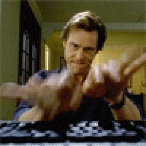Фото Актер Джим Керри / Jim Carrey наберает текст на клавиатурре, момент из фильма Брюс всемогущий / Bruce Almighty (© Anatol), добавлено: 28.05.2010 18:11