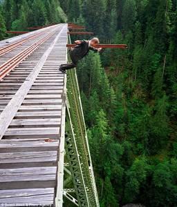 Фото Остановись, мгновение! Мужчина прыгает с железнодорожного моста (© Anatol), добавлено: 05.05.2010 01:11