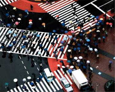 Фото Множество людей с зонтиками переходят дорогу (© Magbet), добавлено: 08.05.2010 11:55