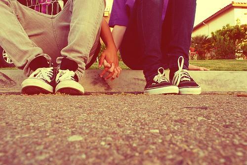Парень и девушка держаться за руки картинки
