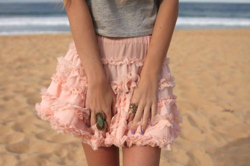 Фото Девушка в розовой юбке на пляже