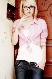 Фото Девушка в очках с сигаретой
