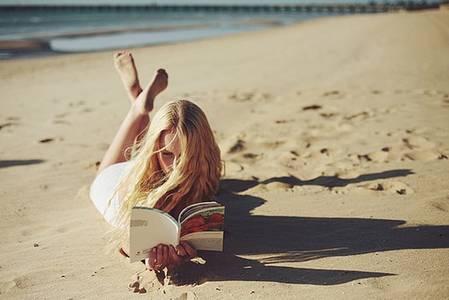 Фото Девушка на пляже читает книгу (© Юки-тян), добавлено: 12.08.2010 16:54