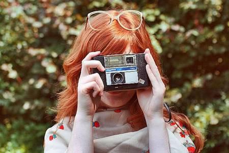 Фото Рыжая девушка в очках с фотоаппаратом (© Юки-тян), добавлено: 12.08.2010 19:31