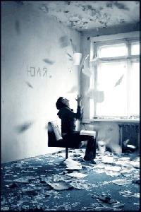 Фото Девушка подбрасывает в воздух газеты (Юля) (© The_Exhausted_End), добавлено: 14.08.2010 00:41