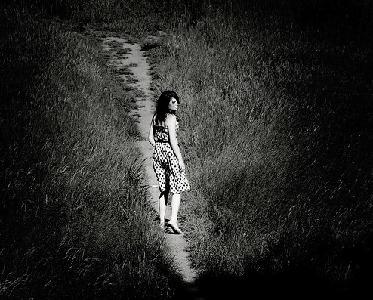 Фото девушка идет по тропинке