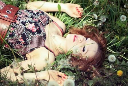 Фото Девушка лежит на трове (© Юки-тян), добавлено: 20.08.2010 10:30