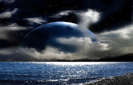 Фото Большой диск какой-то планеты завис над спокойной поверхностью моря