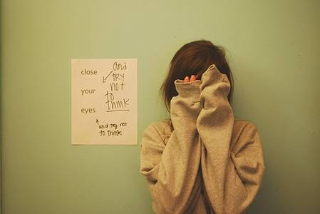 Фото close your eyes (Девушка в свитере закрыла лицо руками)