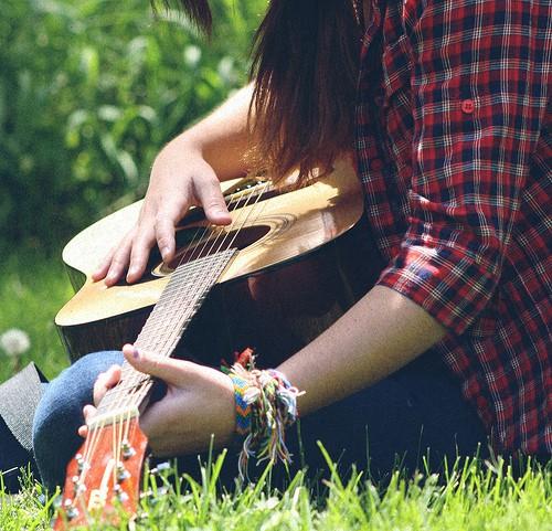 Девушке играть на гитаре