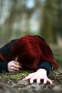 Фото Рыжая девушка лежит на земле