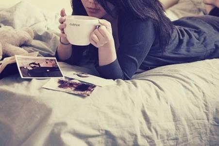 Фото Деыцшув пьёт кофе на кровати (© Юки-тян), добавлено: 02.09.2010 21:20