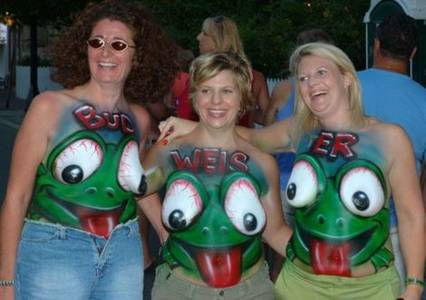 Фото Body art, три веселые зрелые дамы с нарисованными лягушками на груди