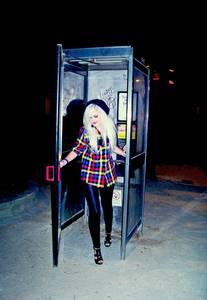 Фото Девушка выходит из телефонной будки