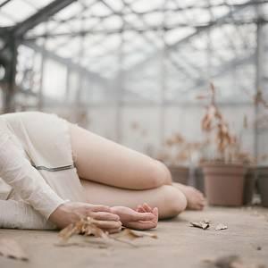 Фото Девушка лежит на земле