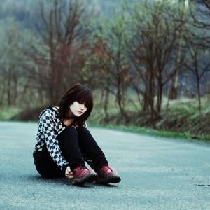 Фото Девушка сидит на дороге