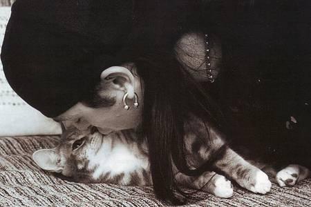 Фото парень-панк целует котика