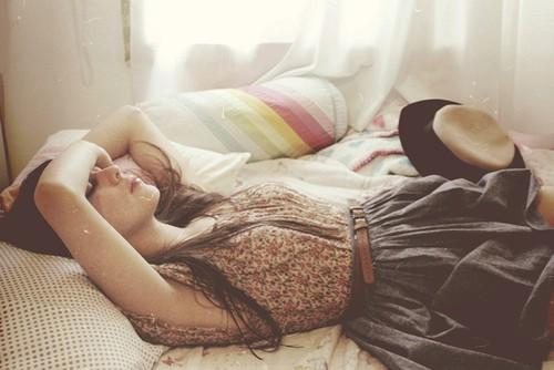 Девушка лежит на кроватке фото 383-556