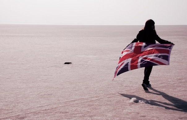 девушки с британским флагом