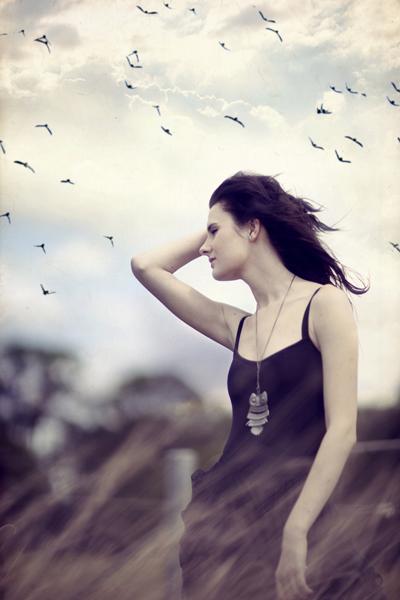 Фото ветер развевает девушке волосы