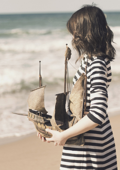 Фото девочка с корабликом