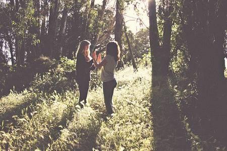 Две девушки с парнем в лесу, порно зашел гости