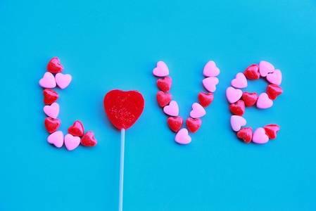 Фото love из конфеток в виде сердечек