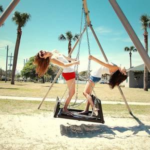 Фото Две девушки на качелях