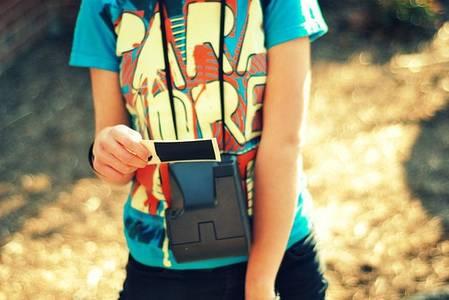 Фото Девушка смотрит на плёнку (© Юки-тян), добавлено: 10.10.2010 11:31