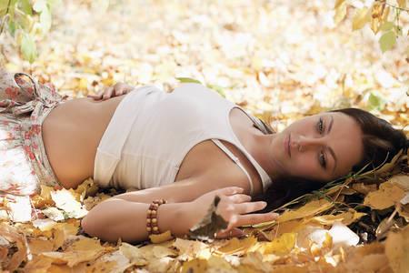 Фото Девушка на жёлтой листве с греющим солнышком (© Штушка), добавлено: 16.10.2010 01:35