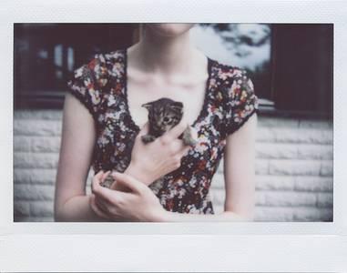 Фото девушка держит котенка
