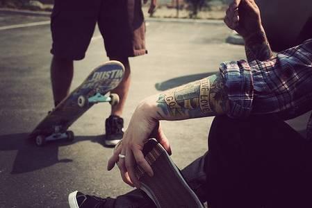 Фото парни катаются на скейтах