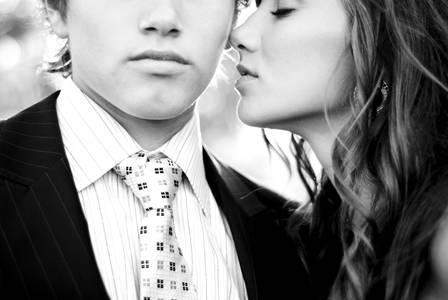 Фото девушка хочет поцеловать парня