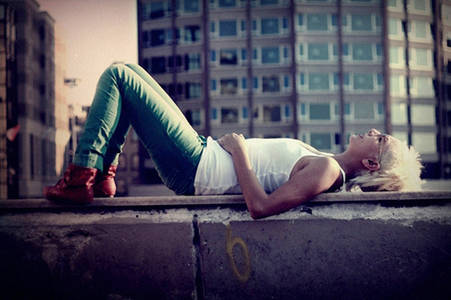 Фото девушка лежит на асфальте (© Louise Leydner), добавлено: 20.10.2010 17:01