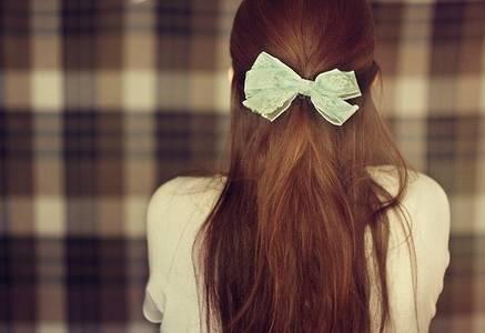 Фото волосы собраны в хвост и заколоты бантом