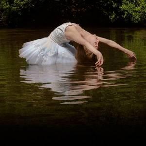 Фото балерина в воде (© Louise Leydner), добавлено: 20.10.2010 23:19